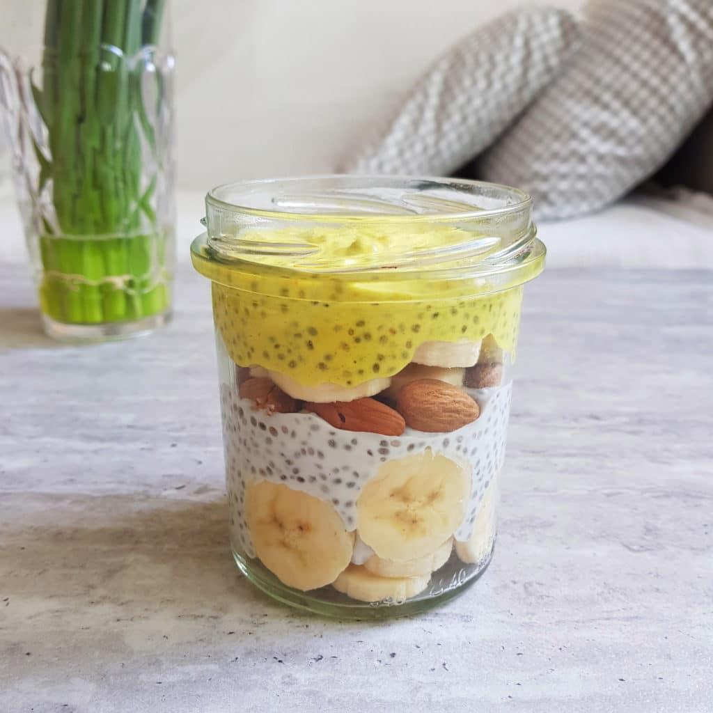 chia pudding z kurkumą i bananem