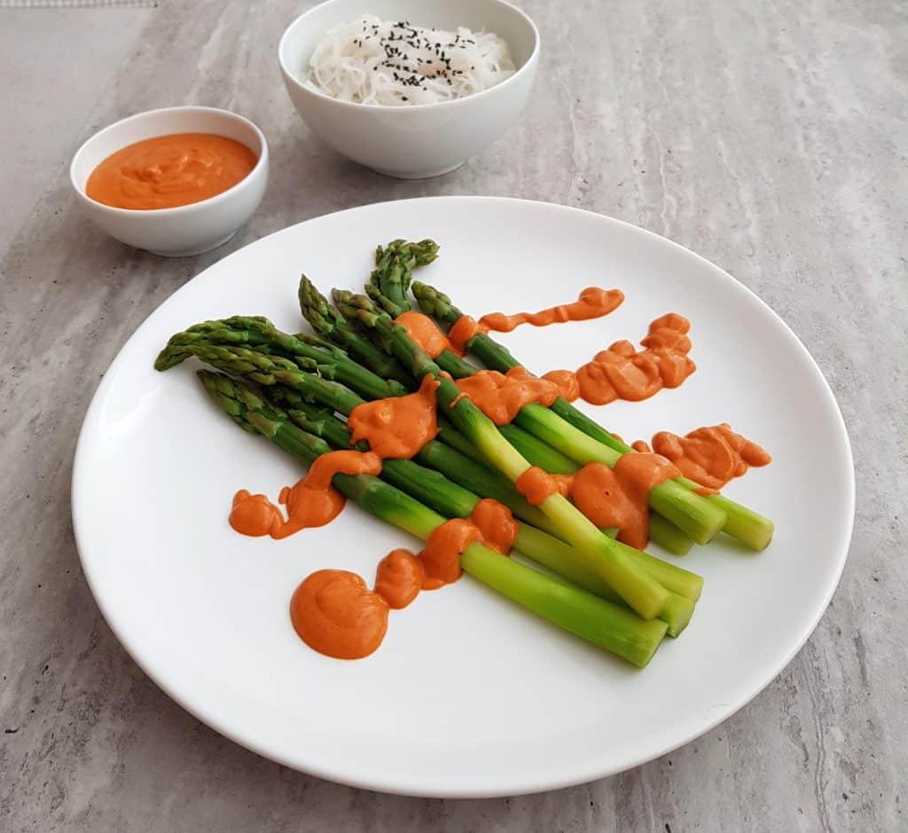 szparagi w sosie orzechowym
