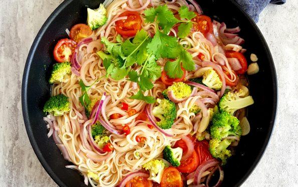 Makaron ryżowy z warzywami z jednego garnka
