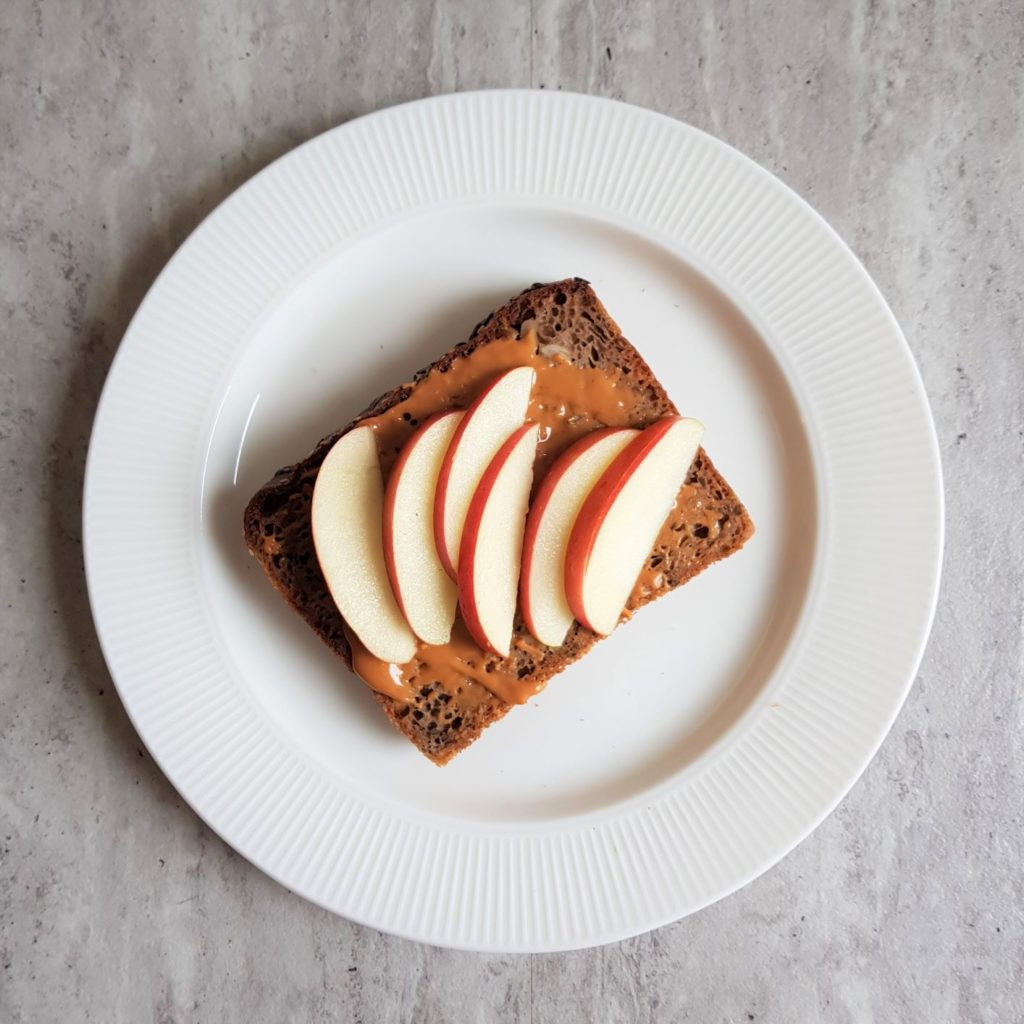 tosty z masłem orzechowym z jabłkiem