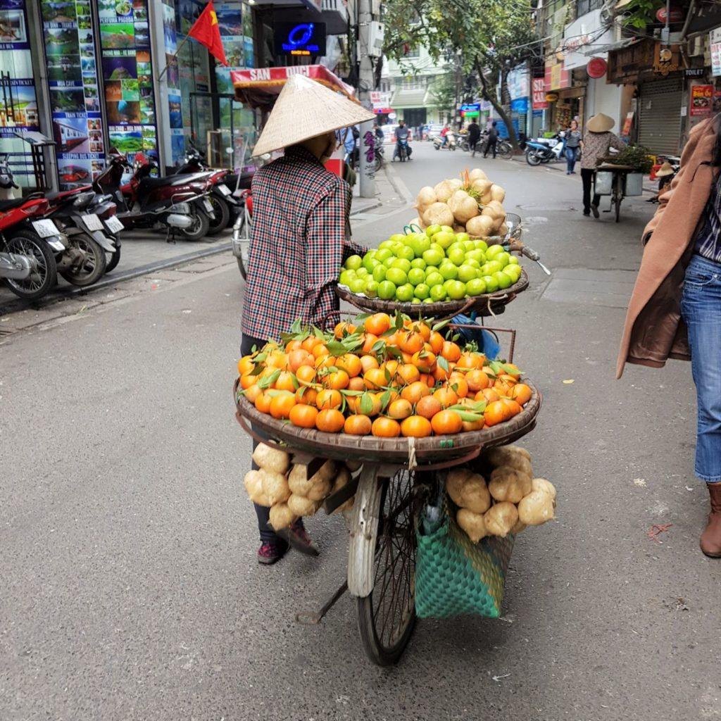 świeże mandarynki i małe kokosy prosto z kosza