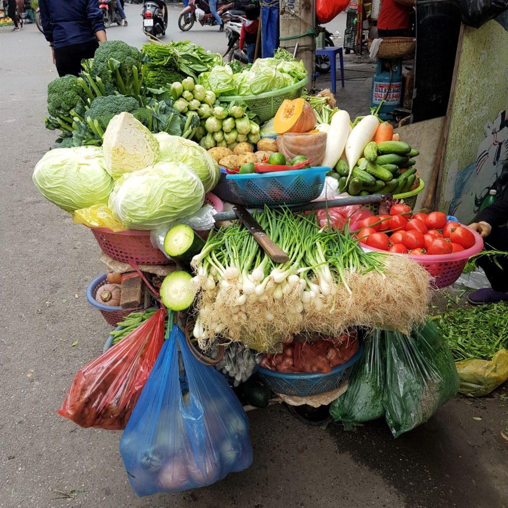 uliczny sprzedawca warzyw w Hanoi. Mini przewodnik po Hanoi