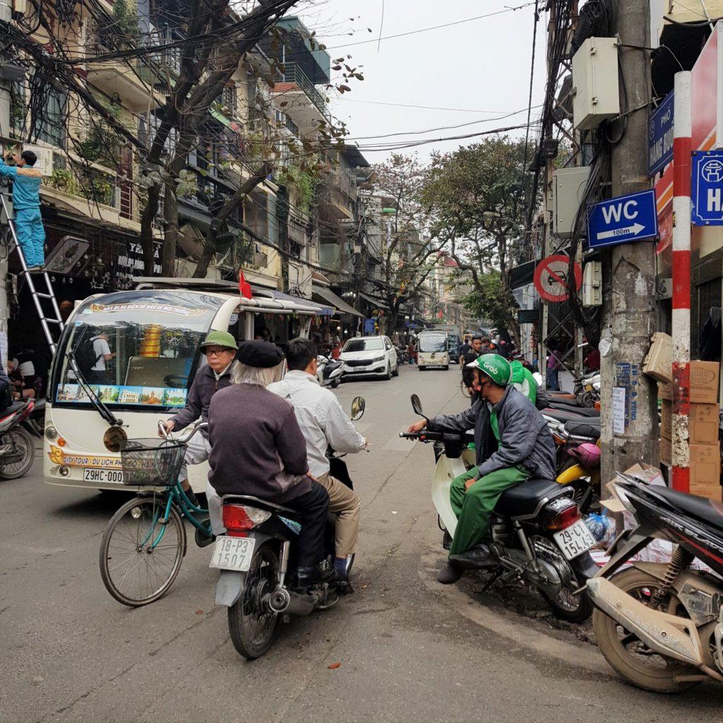 wąskie uliczki Hanoi