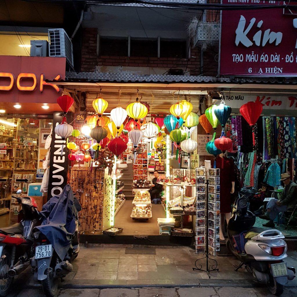 sklepik z pamiątkami w Hanoi