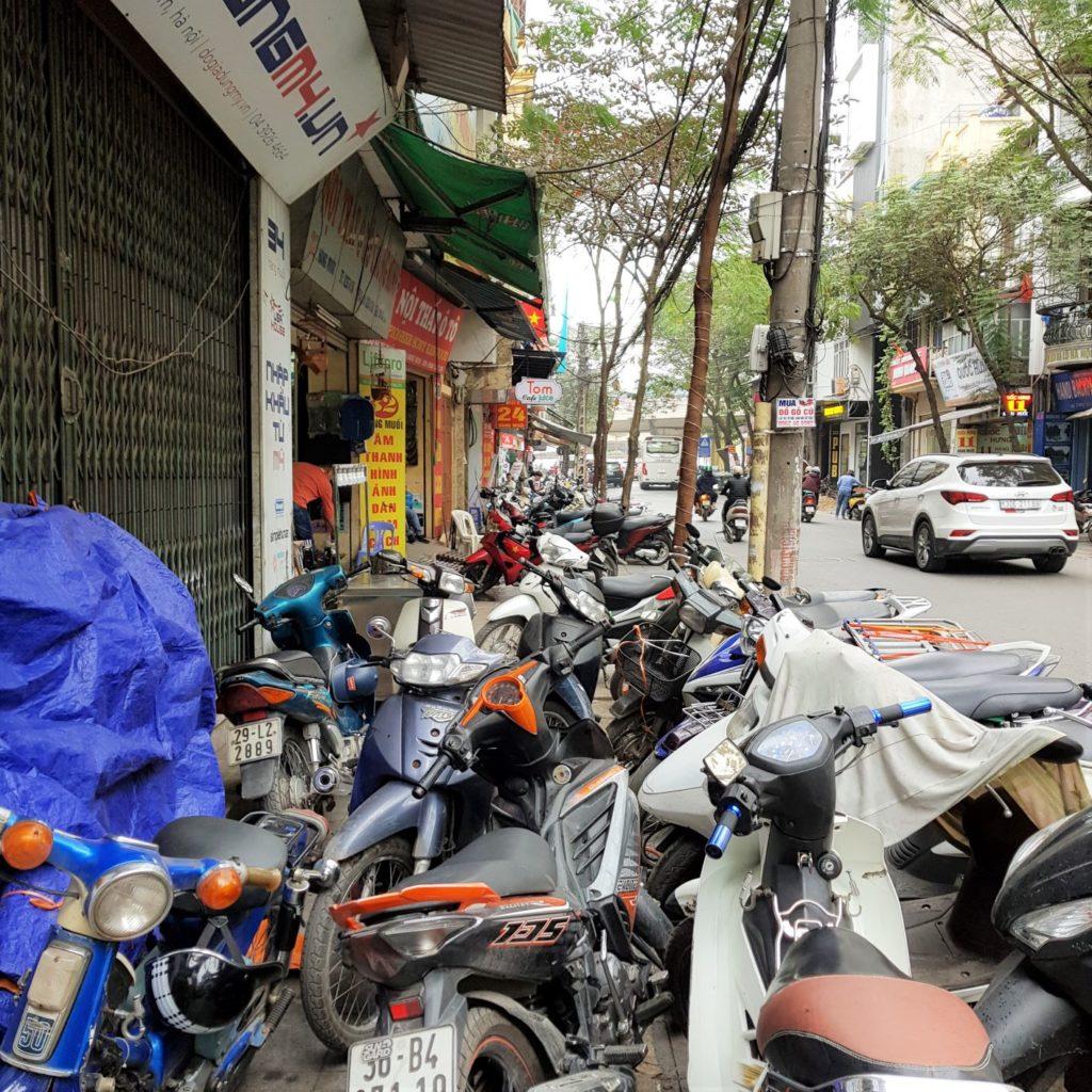 tak wygląda chodnik w Hanoi - czyli nie wygląda