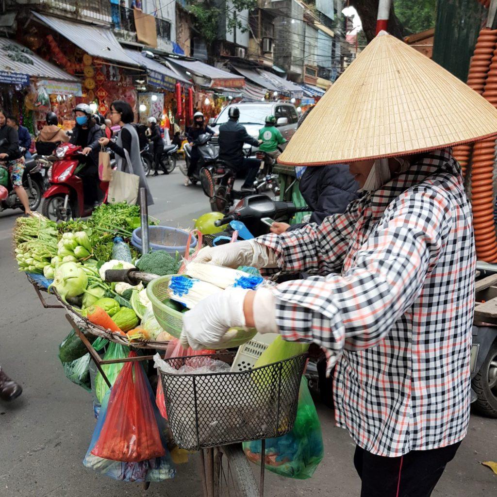 uliczny sprzedawca w Hanoi