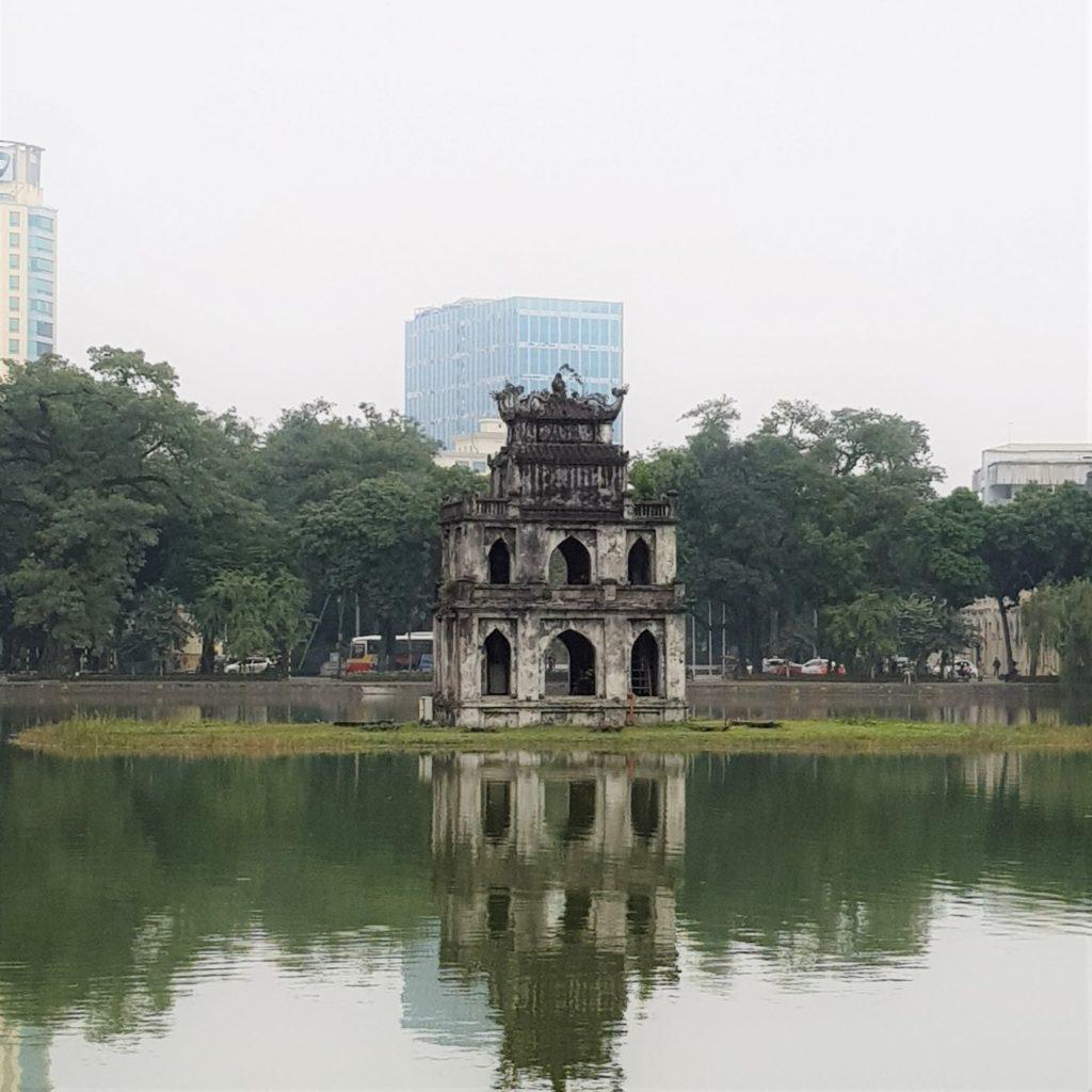 Żołwia Wieża na jeziorze Hoan Kiem - spacer po Hanoi