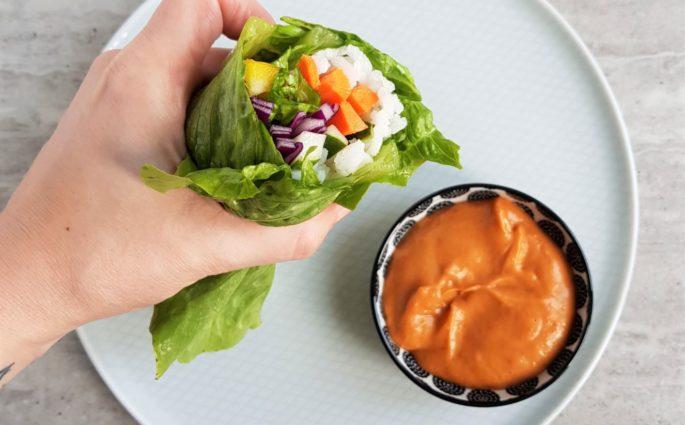 Tęczowe rolls'y z sosem orzechowym