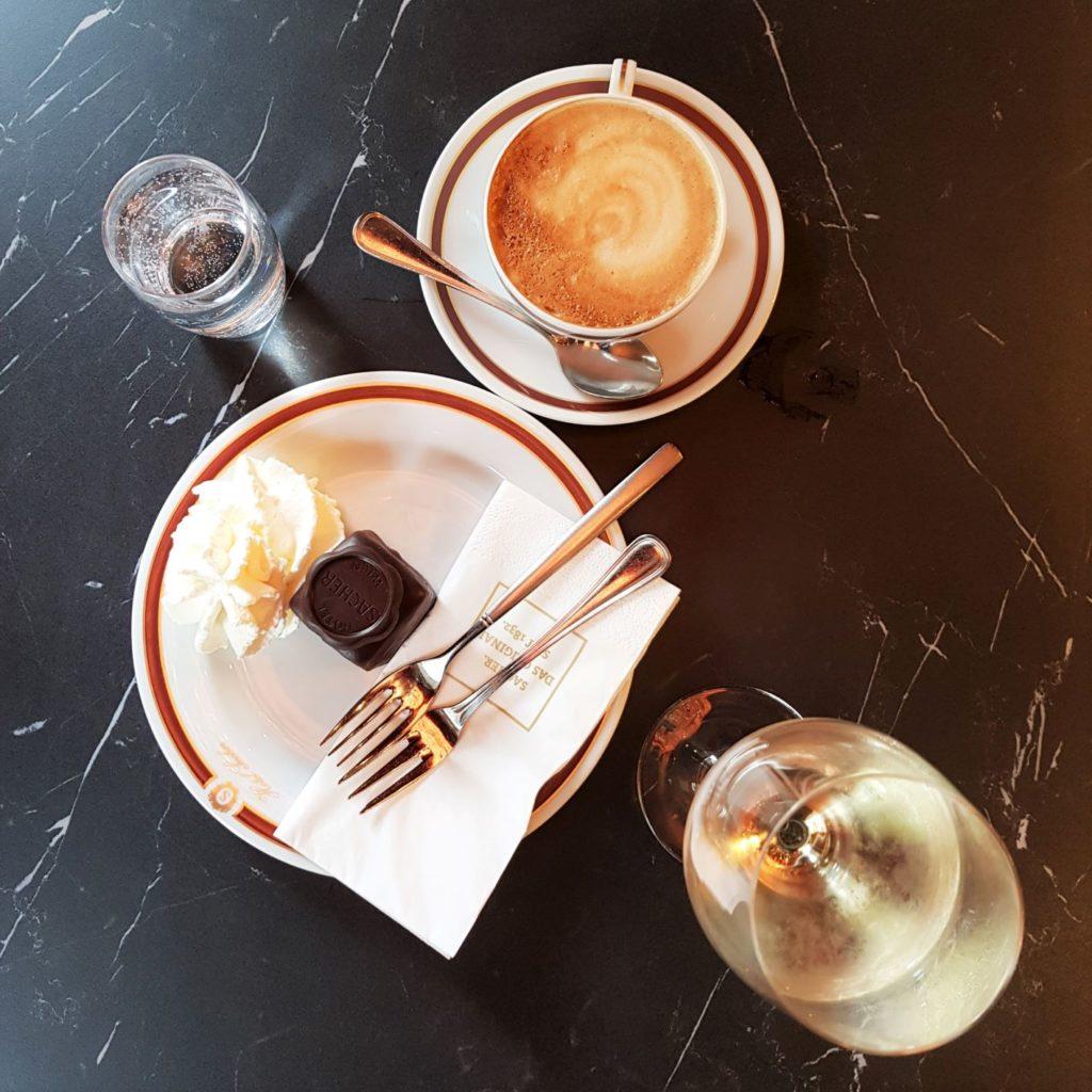 Sacher ciastko i kawa