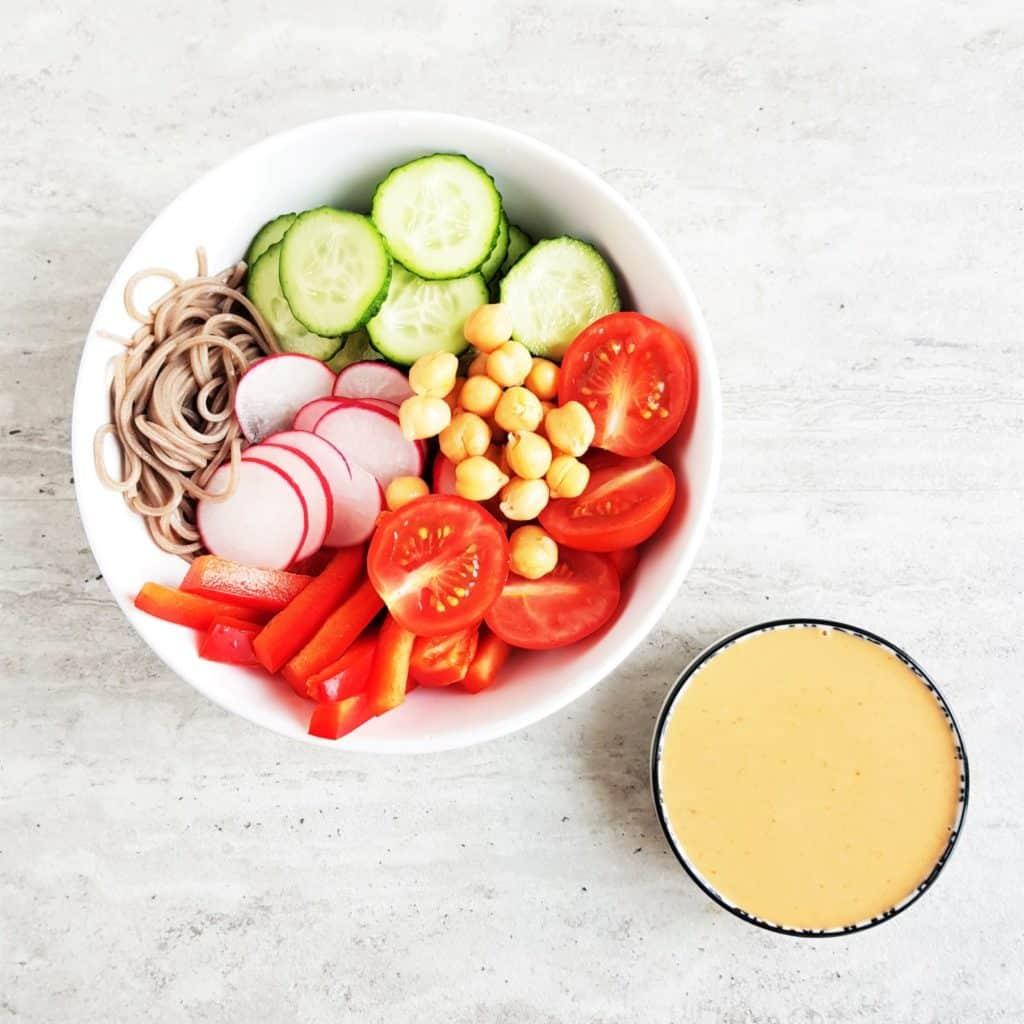 makaron z surowymi warzywami