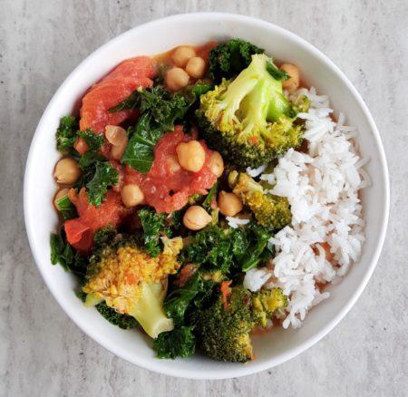 Curry z brokułami i jarmużem