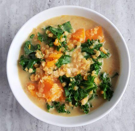 Dyniowa zupa z curry i czerwoną soczewicą