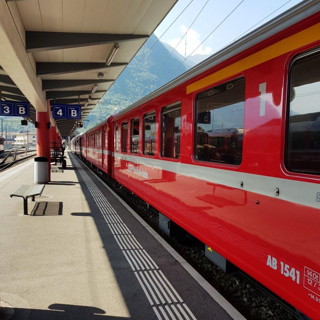 pociągiem po Szwajcarii Tirano stacja Kolei Retyckich