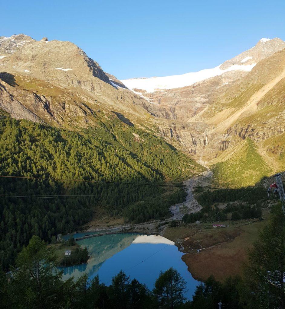 pociągiem przez Szwajcarię Alp Grum rano