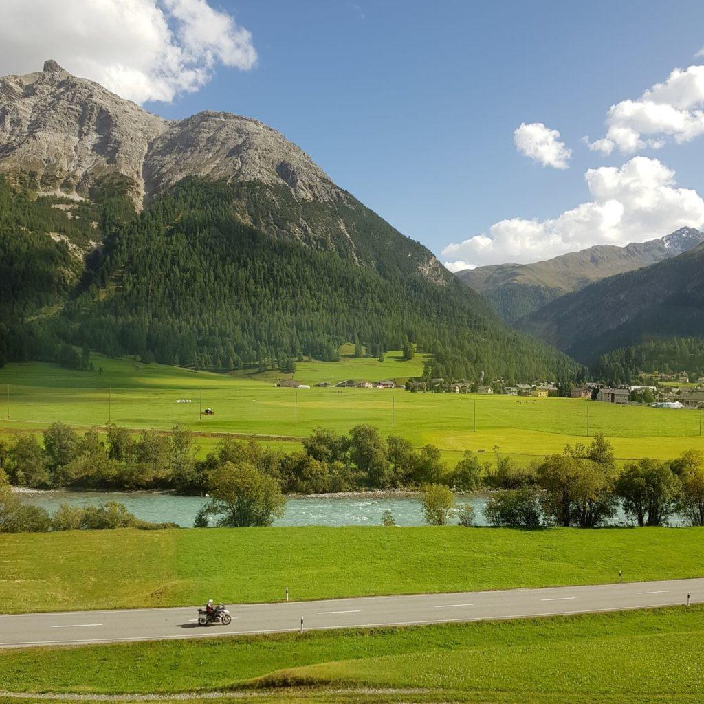 pociągiem przez Szwajcarię - dolina
