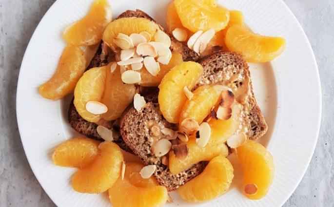 tosty z duszonymi mandarynkami