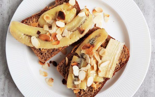 tosty ze smażonymi bananami