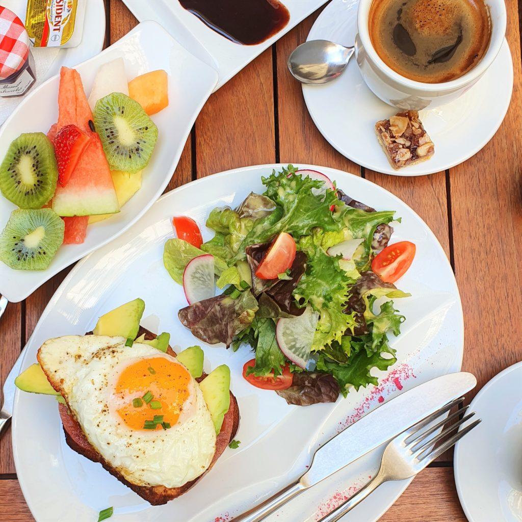 śniadanie na patio Cafe Bristol