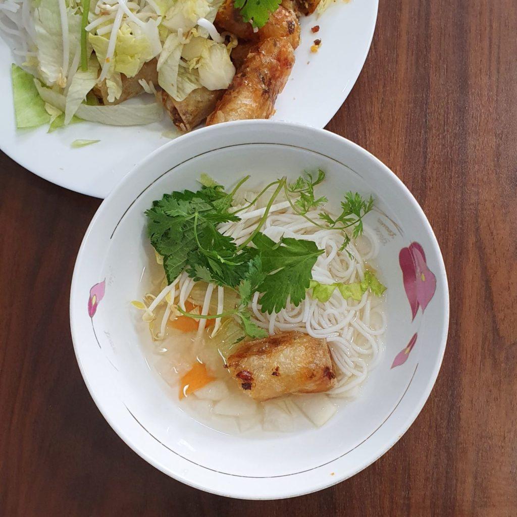 sałatka bun nem w Toan Pho