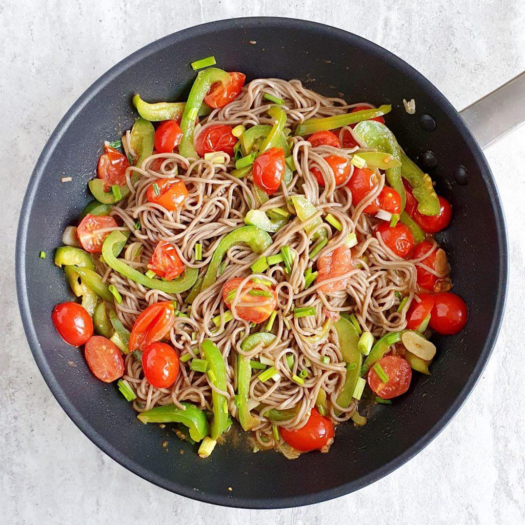 Makaron z warzywami i pastą miso