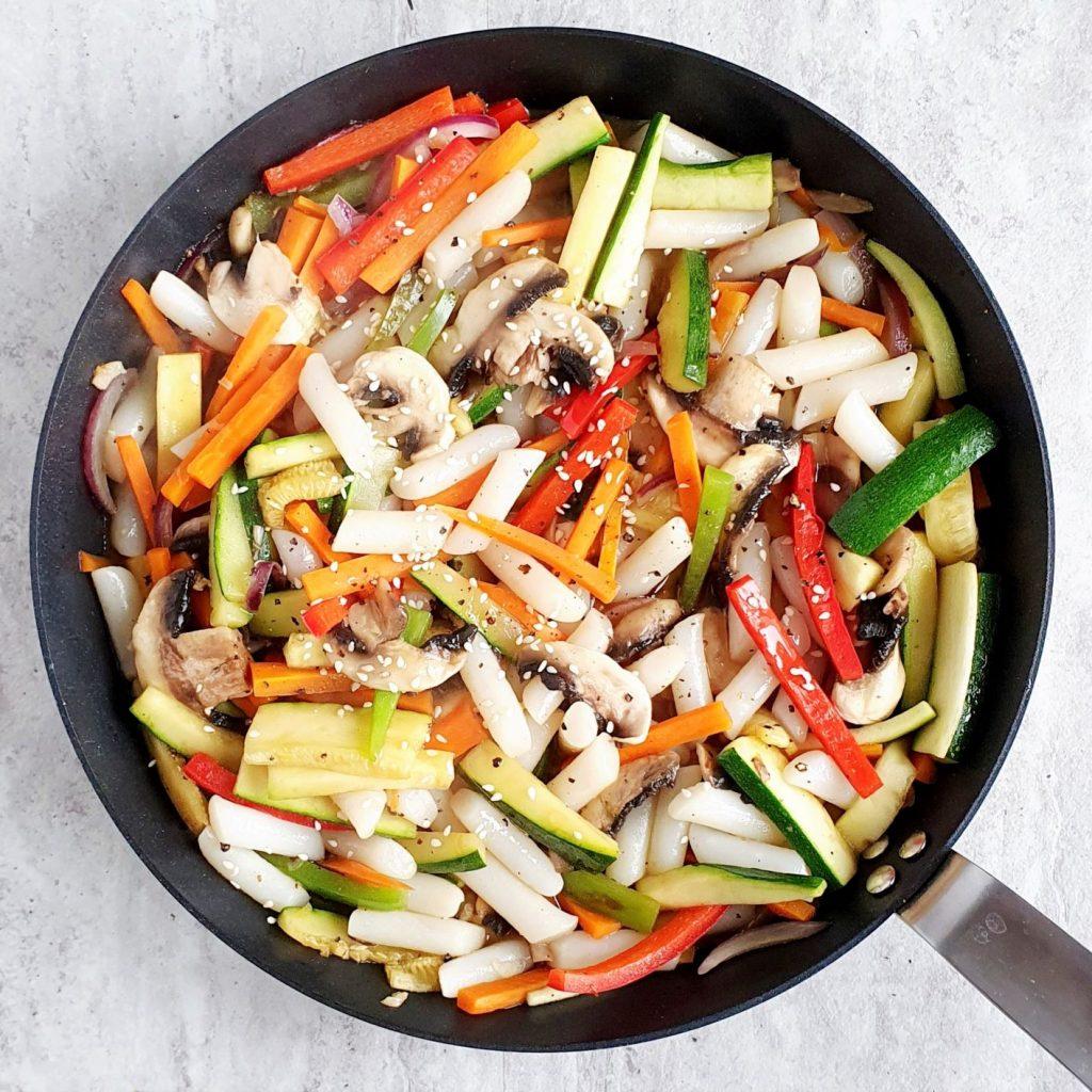 Koreańskie kluski ryżowe z warzywami