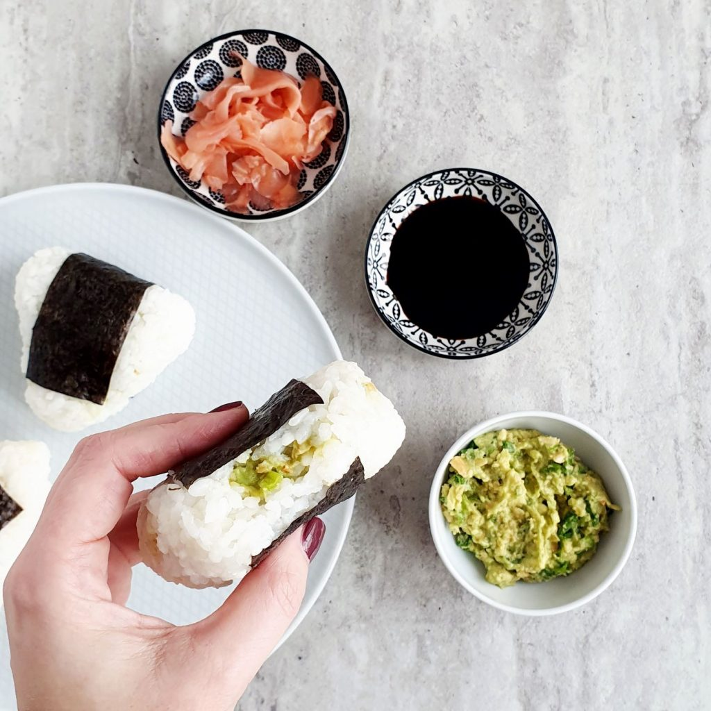onigiri z orzeszkami i awokado