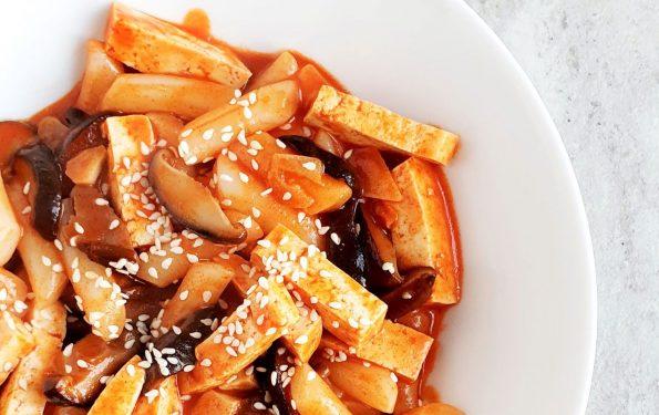 Tteokbokki z grzybami i tofu