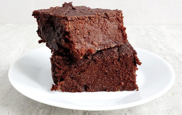 Lubię brownie - za prostotę wykonania i nieziemski smak. To kawowe brownie z ciecierzycy jest moją kolejną propozycją na zdrowy i smaczny deser, który błyskawicznie przygotujecie w domu.