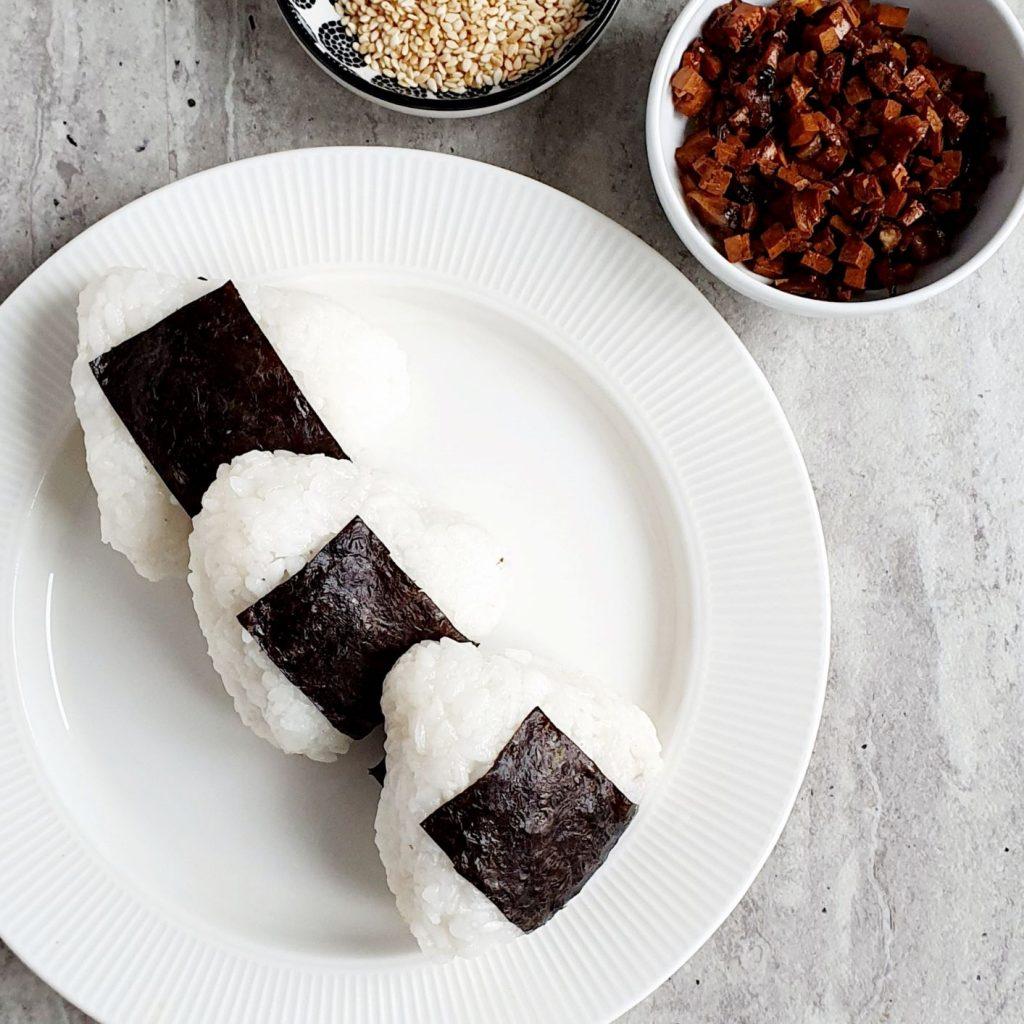 Onigiri z grzybami i tofu