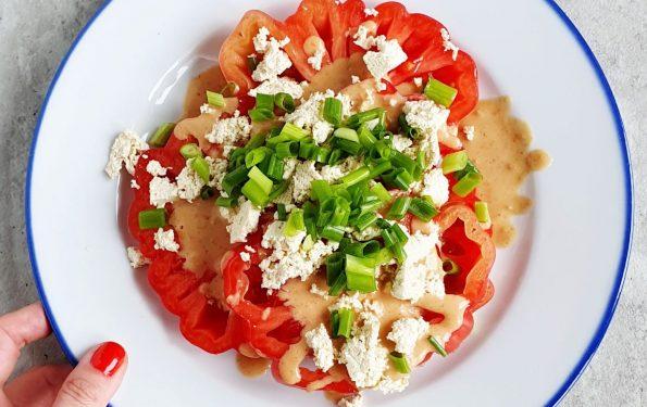 Tym prostym daniem zajadam się latem w upalne wieczory. Nie trzeba go gotować więc odpada stanie przy nagrzanej kuchence. Do tego jest błyskawiczne w przygotowaniu, smaczne i pożywne. Takie właśnie są te pomidory z orzechowym sosem i tofu.