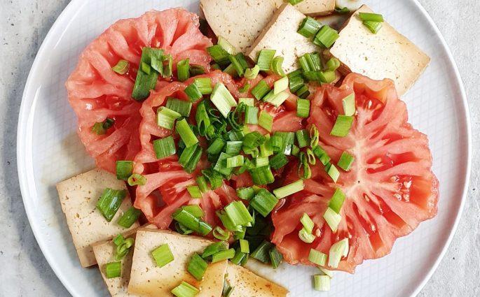 Pomidory z wędzonym tofu