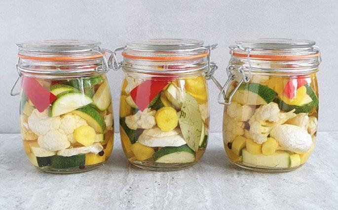 chrupiące i kolorowe piklowane warzywa